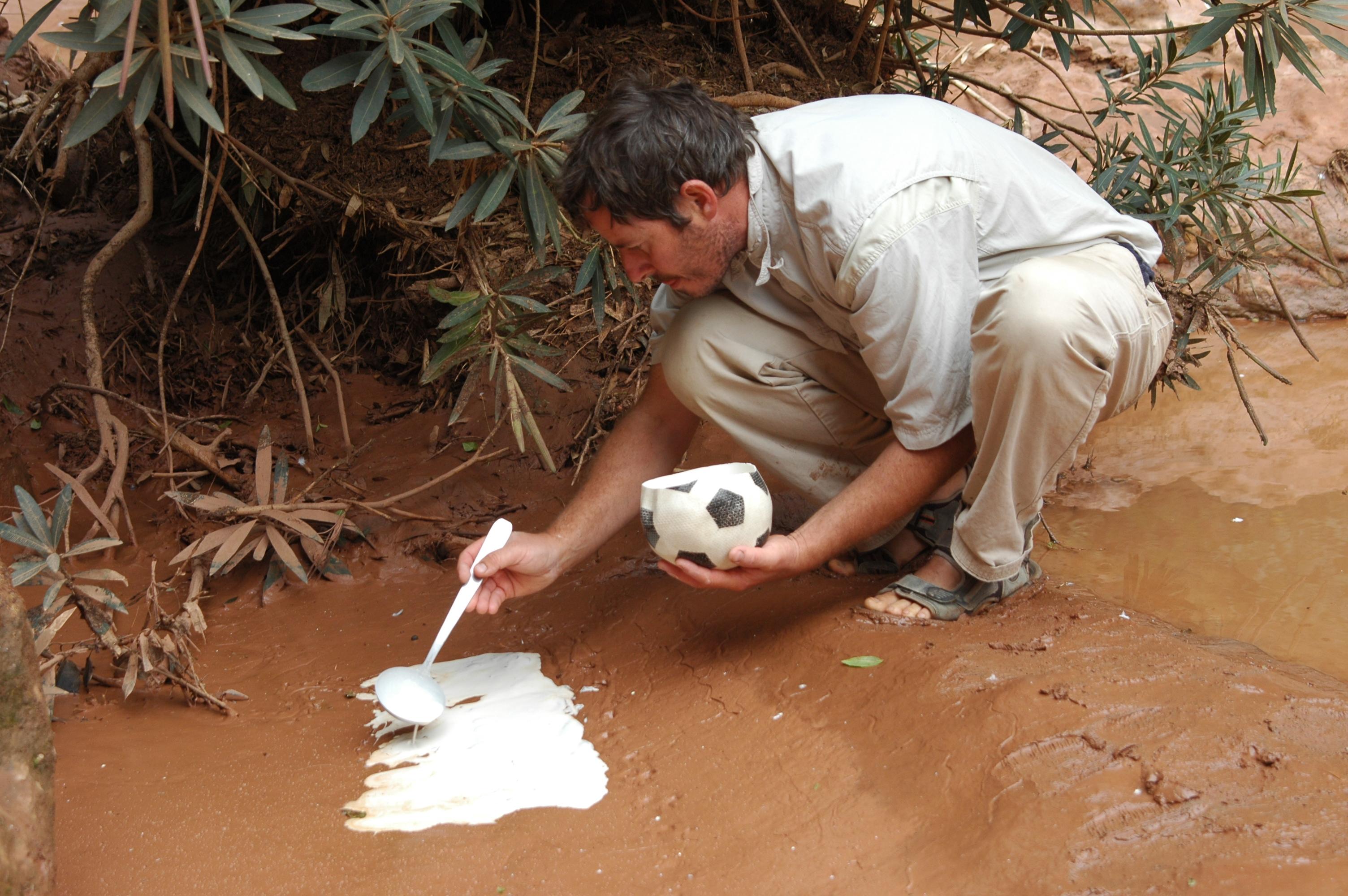 Jean-Louis Orengo moulant une trace dans un sol humide