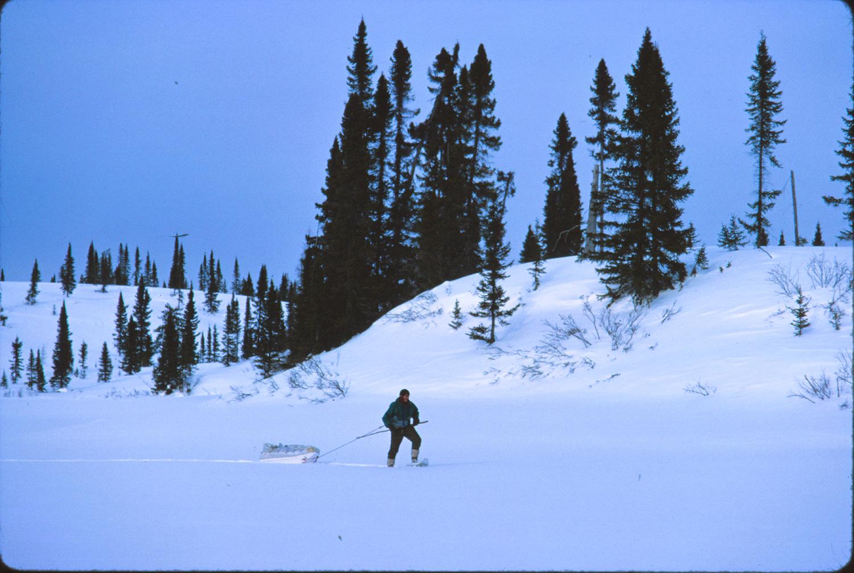 Jean-Louis Orengo tirant son traineau dans le grand nord canadien