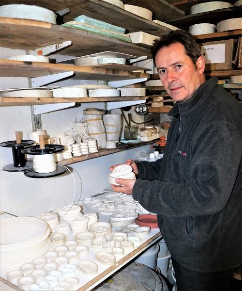 Jean-Louis Orengo dans l'atelier présentant une trace